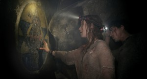 Katakomben - Scarlett (PERDITA WEEKS) investigates the twisting catacombs beneath the streets of Paris in As Above/So Below.