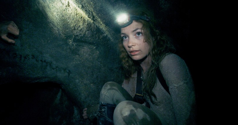 Katakomben - Scarlett (PERDITA WEEKS) traverses miles of twisting catacombs beneath the streets of Paris in As Above/So Below.